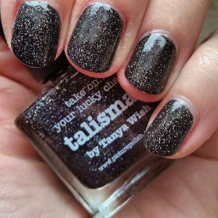 Talisman est un vernis brun noir débordant de particules holographiques. Il a été créé en collaboration avec Tanya Wish.   Picture : Maren103 - https://www.instagram.com/maren103/