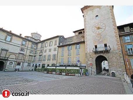 - BERGAMO _ CITTA ALTA _ PIAZZA MASCHERONI Prestigiosa attivita' di bar ristorante situata direttamente fronte Piazza Mascheroni nel cuore della citta' vecchia di Bergamo.