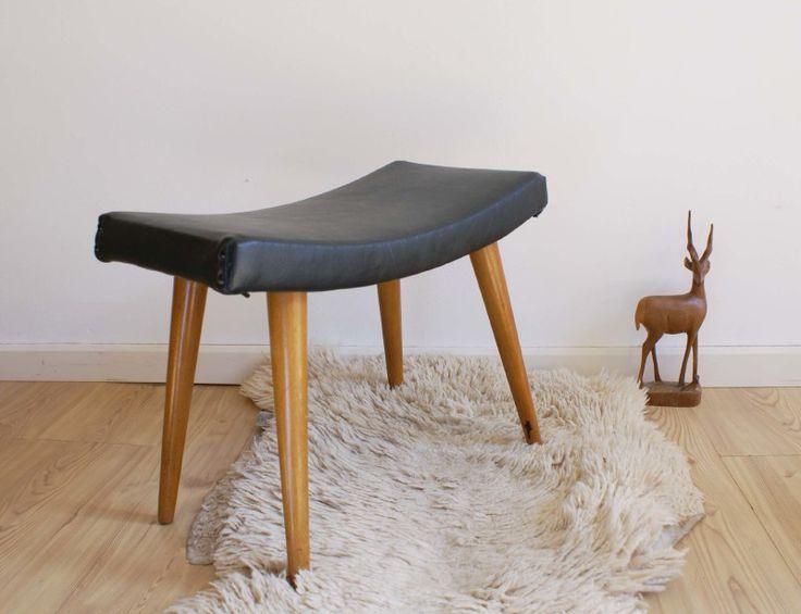 Vintage voetenbank met zwart skai. Houten retro kruk/luiwammes   Toffe meubels   Flat Sheep
