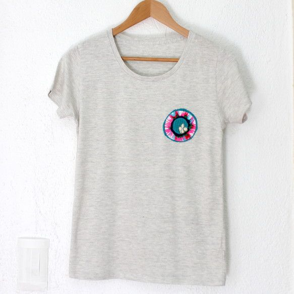 布で作ったオリジナルのパッチを縫い付けた1点物のTシャツです重ね着もできるし、年中使えるアイテム♪レディースもメンズも着れるサイズですヴィンテージ感あふれる風...|ハンドメイド、手作り、手仕事品の通販・販売・購入ならCreema。