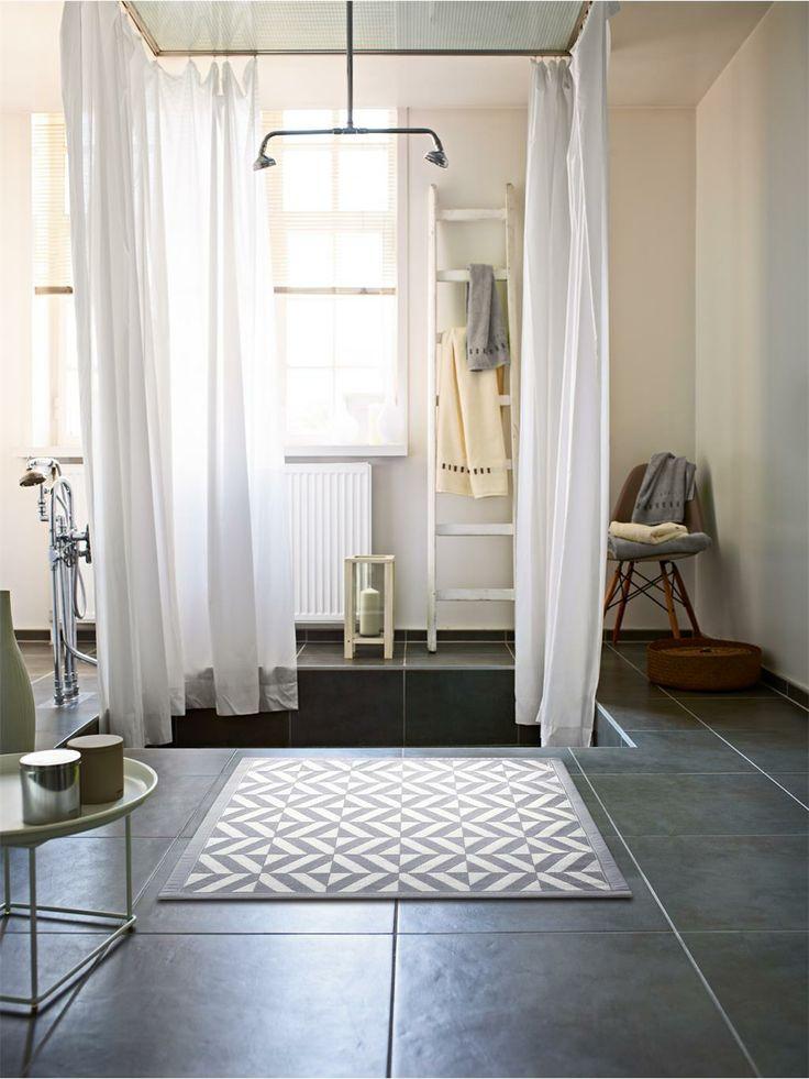 Das geomerische Muster der Badematte Kaleidoscope wertet jeden Boden auf und wirkt trotzdem dezent. #benuta #teppich #bad #interior #rug