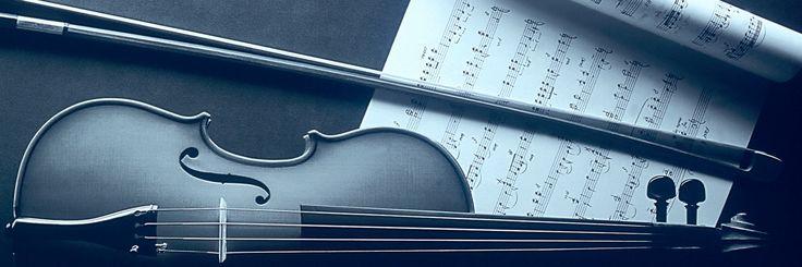 Изображение скрипки, скрипка, смычок, ноты, музыка, классическая музыка, играть на скрипке, скрипка и смычок на нотах, лежащая скрипка, ноты для скрипки, монохромная скрипка смычек и ноты, стильная фотография скрипки на нотах, красивая скрипка, фото скрипки на нотах