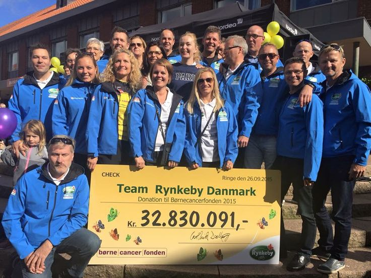 Team Rynkeby Trekanten med checken til børnecancerfonden for sæson 2015 #boernecanfonden #trtrekanten #teamrynkeby