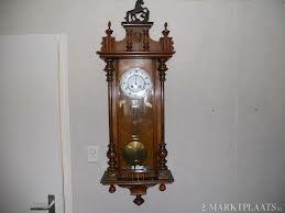 """""""Er hangt een enorme, antieke klok naast de voordeur. De socio's bewaren de klepel op hun kamer want er is altijd wel iemand die de verleiding niet kan weerstaan om de klok te luiden."""" (Blz. 95)"""