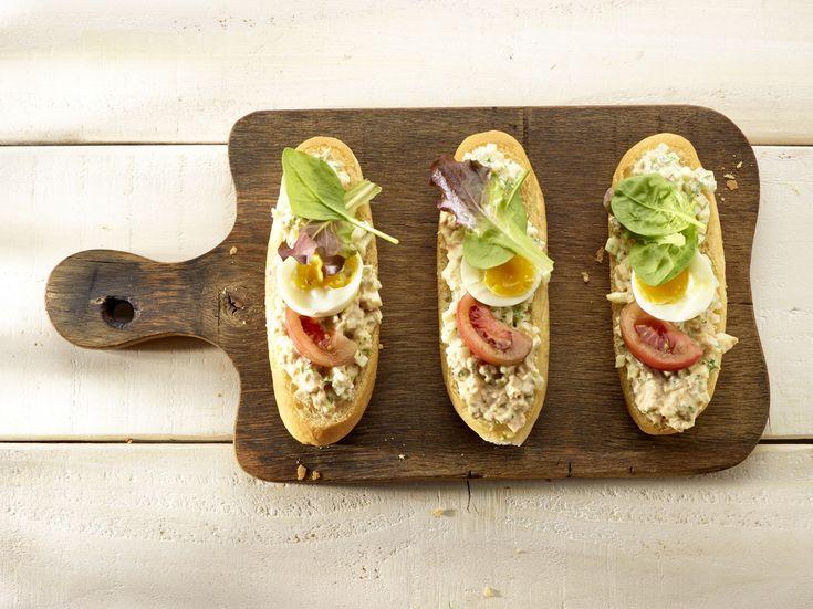 Sandwiche met aardappel-zalmsalade