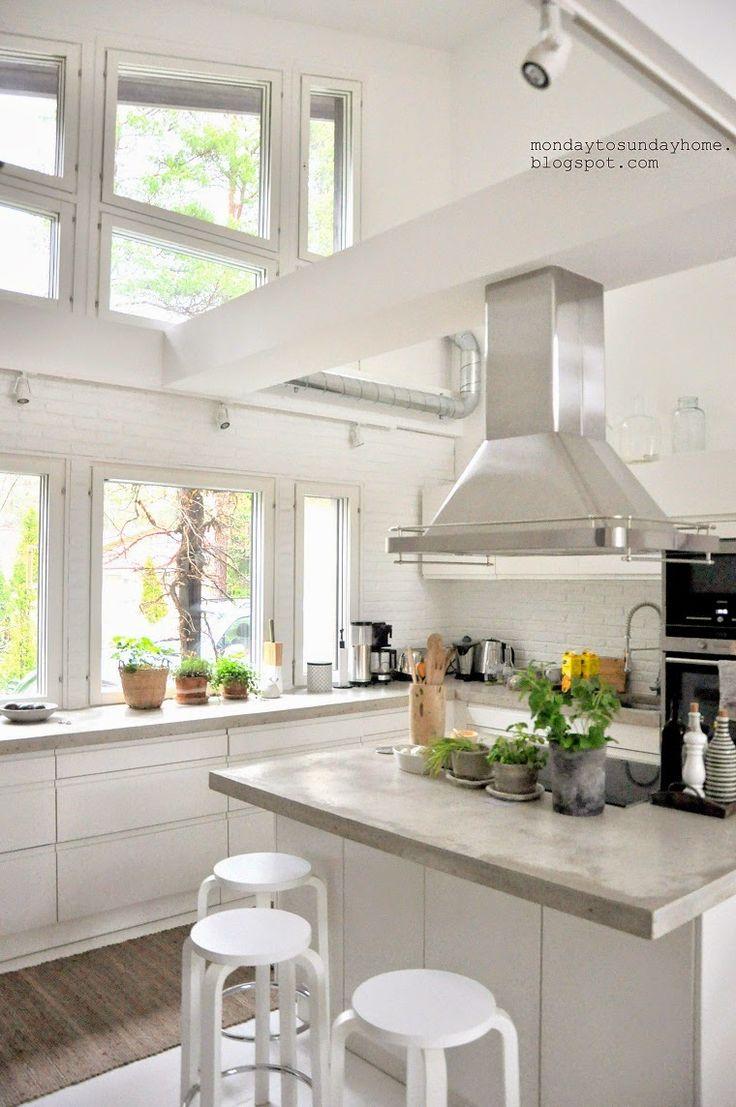 """Dekoracje roślinne w białej kuchni """"total look"""""""