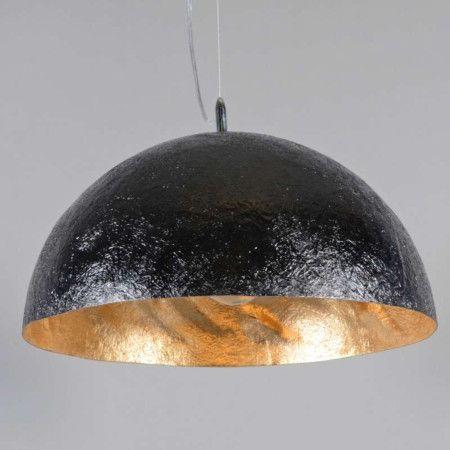 Hanglamp Magna 50 zwart - goud - Mooie bijzondere hanglamp gemaakt van glasfiber waarvan de structuur nog goed te herkennen is. De binnenkant is goud van kleur en niet strak waardoor een een fraai schaduweffect ín de kap ontstaat.