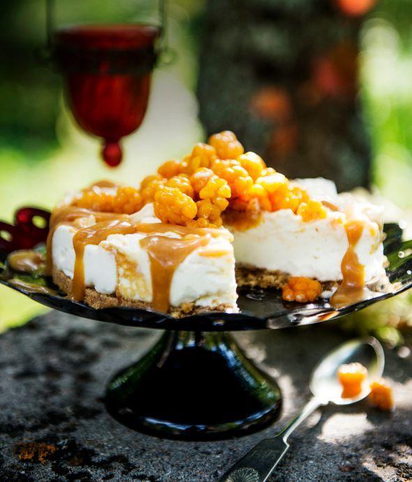 Juhlan kruunaa herkullinen kinuski-juustokakku, joka myös näyttää hyvältä. Nappaa tästä herkullinen ohje!