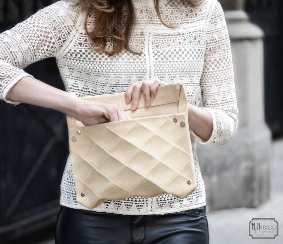 MODERNE KUPPLUNG umweltfreundlich in Leder KUPPLUNG-Eco Leder Handtasche Abend Clutch  Alle unsere Designs sind urheberrechtlich geschützt!   Dieses Material ist made in Italy und entsteht aus recyceltem Gemüse Leder wieder zum Leben zu einem einzigartigen Material.  Wir versuchen, und wählen Sie nur Materialien und Firmen, die uns für Umweltschutz überzeugen   Es ist hart wie Leder. aber bleibt dünn. 12/10 mm. ist samtig anfühlt.    ♠ erhalten Sie: eine Kupplung in recyceltem Leder Orig...