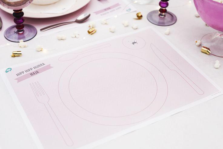 Våra roliga och moderna bordstabletter höjer stämningen på ert barnkalas! Dessutom är de inte bara roliga – de små lär sig även hur man dukar upp fint och var besticken och tallrikarna ska placeras. Lekar under kalasen är populärt, så använd gärna baksidan av bordstabletterna till att rita en fin teckning till födelsedagsbarnet. Bordstabletterna finns i 3 olika utföranden och barnets namn trycks på bordstabletten. Engångsunderlägg i papp, 42×30 cm, 80 gr matt papper. Levereras i 6 pack.