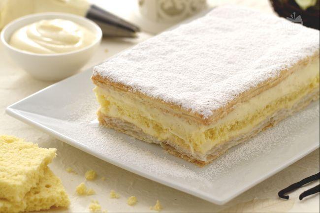 La diplomatica è una torta famosissima: croccanti strati di pasta sfoglia e di morbido pan di spagna si alternano a una deliziosa crema diplomatica!