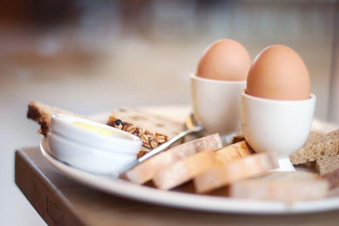 Полезные свойства куриных яиц  Больше, чем простая еда на завтрак Яйца представляют большую ценность, чем обычная еда завтрак. Благодаря множеству способов приготовления яиц мы склонны верить, что в них есть что-то, что понравится каждому. Когда дело доходит до восстановления после пробега, вы, как правило, обращаетесь к проверенным вариантам перекуса; это могут быть специальные напитки или батончики в удобной питательной форме. #professionalsport #профессиональныйспорт  #питаемсяправильно