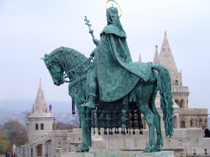 This statue is made in the honor of the founder of the Hungarian nation, our first king, Saint Stephen. Besides many wonderful act, he has set the ground for a nation to grow and we celebrate his acts on every 20th August.