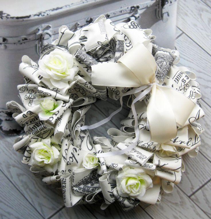 Nostalgie Romantický sváteční věneček z látky na pevném základě, látkové květiny, průměr věnečku 31 cm
