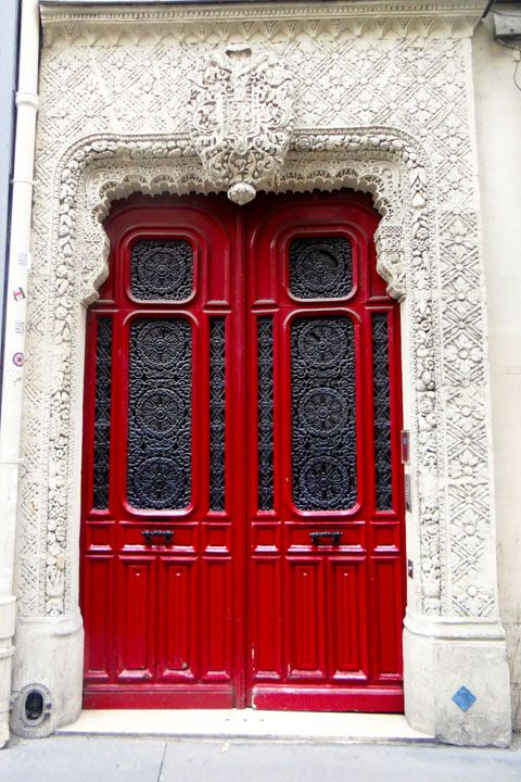 This enamel fire engine door is s standout on the dingy and heavily trafficked rue Richelieu. Not only does it have intricate grillwork on the door itself, but also the plaster cornice above the door is richly detailed. The apartment building was constructed in 1830 and nearby by is the lovely Moliere fountain.