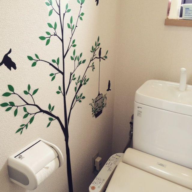 トイレに木のウォールステッカーを貼るとさわやかな印象になります。 大きな木だってウォールステッカーなら場所をとらずに置けるんです。 おうちに遊びにきたお客さんも絶対気が付かないはずがありません。