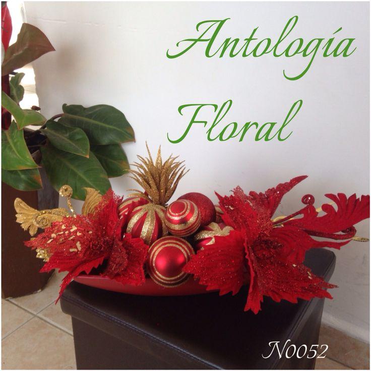 Centro de mesa con noches buenas rojas y esferas en dorado for Centros navidad para mesa