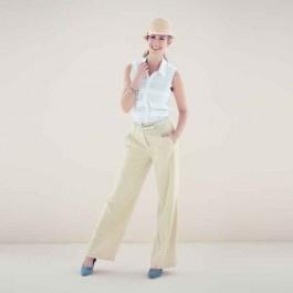 Blouse met oprijgjes. Voor het 'smaller-van-boven-figuur' is dit silhouet geknipt. Het rechte model blouse krijgt iets frivools door de brede oprijgen.