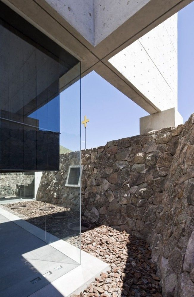 Capilla del Retiro by Undurraga Deves Arquitectos. This chapel invokes shades of Ando (look at the entry) and Nieto Sobejano (museum in Cordoba) and shows off a damned clever (new to me=clever) way of putting weight over glass.