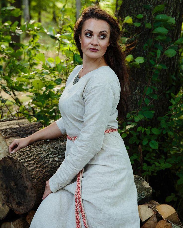Viking linen dress. Pure Beauty. #norskdesign #viking #norskviking #vikingkvinne #linen #shift #shiftdress #norway #visitnorway #norse #vikings Foto: @photographerbentejo  Modell: @shireen_bellydance  #midgaardvikingecenter