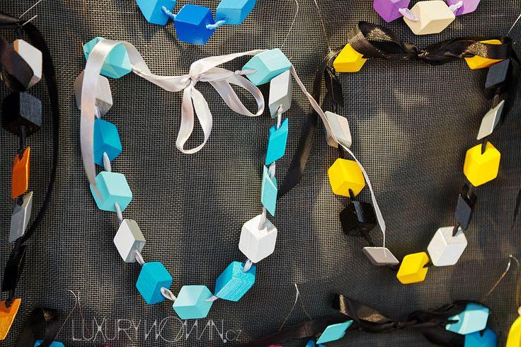Zaujaly mě i tyhle 3D náušnice a náhrdelníky značky CUBEless v opravdu pestrých barvách, které letos opět pofrčí.