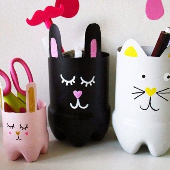 Recycler des bouteilles en une malicieuse famille chat et lapins:
