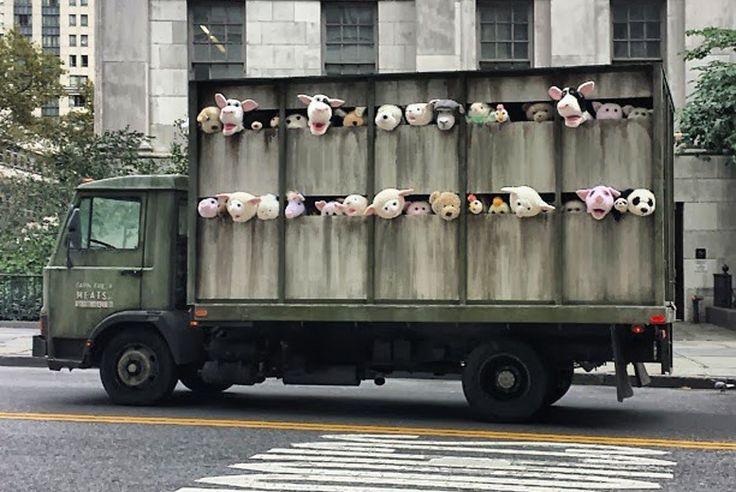 Vrachtwagen vol piepende knuffeldieren onderweg naar het slachthuis ][ Sirens of the lambs