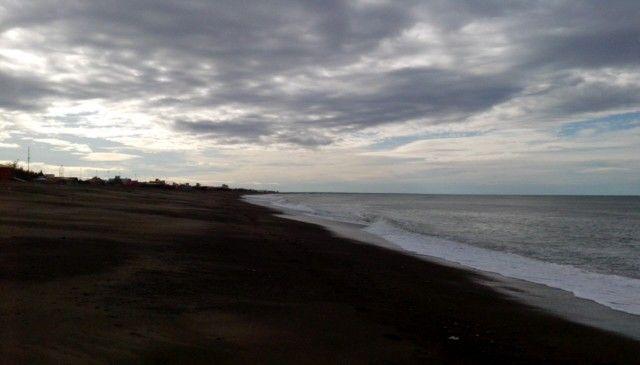 Aquí en my  playin, hay algunas ballenas, pero están muy lejos, Playa Unión Rawson Chubut Argentina.