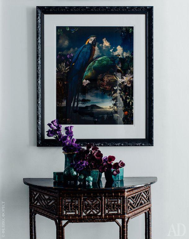 Фрагмент гостиной. Стол 1950-х годов из бамбука. Фотография Florilegium #1 работы Джозефа Макгленнона.