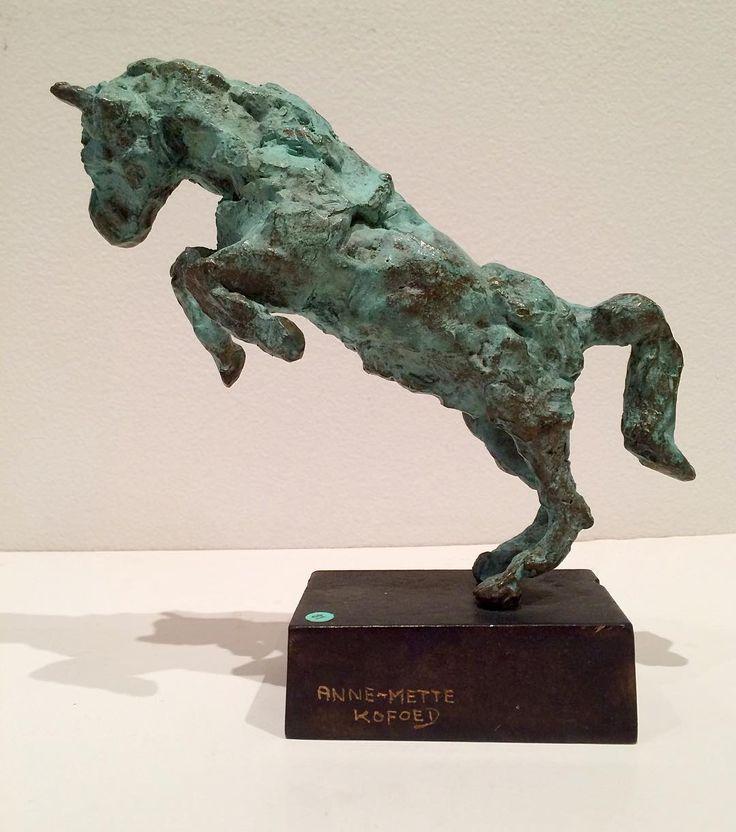 """""""The winnerhorse"""" """"Vinderhesten"""" Copyright by www.anne-mette.com  Jeg laver gerne skulpturer på bestilling både store og små.Du er meget velkommen til at maile for at høre nærmere.  #copyright #loveart #artgalleri #danskkunst #modernart #modernekunst #bronze #hest #horse #vinder #kunstgalleri #dk #www..anne-mette.com"""