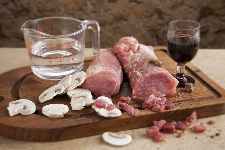 Receta de solomillos a la castellana. Con un toque de cebolla y champiñones, este guiso tradicional te quedará de lo más delicioso.