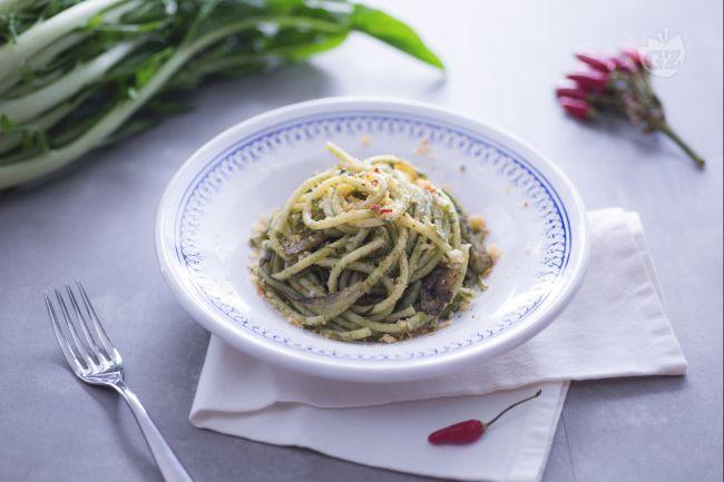 La pasta con le puntarelle cotte è un primo piatto che sprigiona tutti i suoi sapori grazie all'aggiunta delle acciughe e del pangrattato tostato.