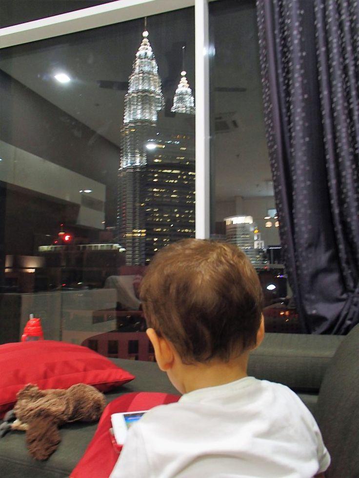 Malásia com crianças. Vista do 33º andar para as Torres Petronas em Kuala Lumpur