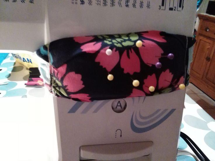 een hele goede oplossing als je geen los liggende spelden wilt ; zelf een kussentje gemaakt die ik met behulp van linten aan mijn naaimachine kan vast maken