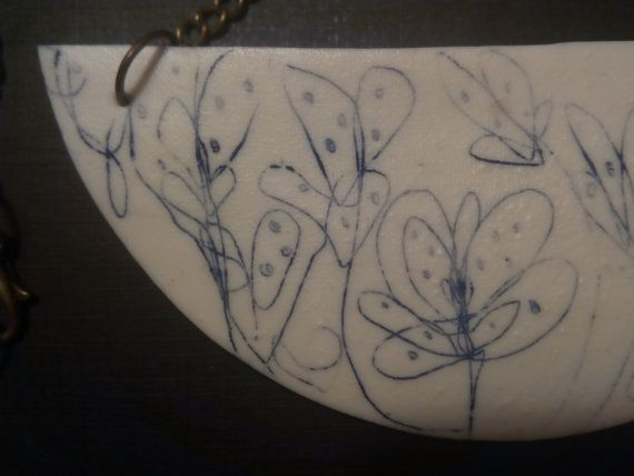 Collar hecho a mano en porcelana.