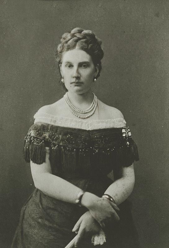 Antónia de Saxe-Cobourg-Gotha et Bragance (1845-1913), infante de Portugal, fille de la reine Maria II de Portugal (1819-1853) et du prince Ferdinand de Saxe-Cobourg et Gotha (1816-1885). Mariée le 12 septembre 1861 au prince Leopold de Hohenzollern-Sigmaringen, (1835-1905).