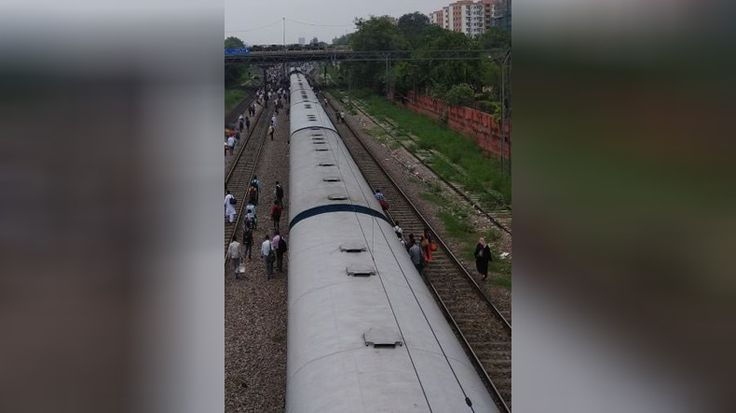 Engine and power car of Rajdhani Express derail near Shivaji Bridge Delhi - NewsX #757Live