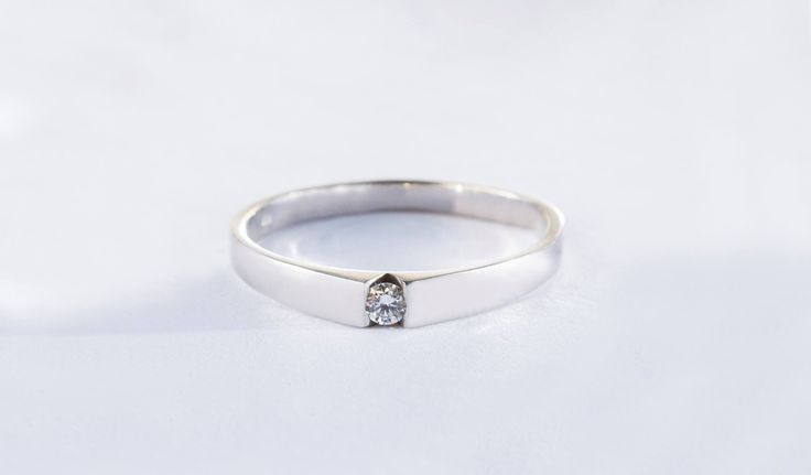 Romanticky jemný prsten z bílého zlata s diamantem.    #darek# darecek  #radost #klenotnictvipraha #zlatnictvipraha  #sperky #prsten #zasnubni #snubni #wedding #engagement #diamant #diamantes #diamond #bluediamond #luxus #luxury #willyoumarryme #bridetobe #darecek #proradost #knarozeninam #fashion #kvyroci #zlato #gold #whitegold #bilezlato #svatba #zasnuby #rings #moda #klenotacz #proradost #ozdoby #prejisi