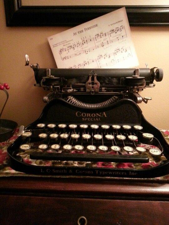 Corona. Corona Typewriter Company, New York, USA. El diseño de la Corona se inició en 1902 por Franz S. Rose de Nueva York y patentado en 1904. Después de su muerte en 1905, su obra fue completada por su hijo George, en Rose Typebar Co., comercializa la máquina en 1908 como Standard Folding Typebar Visible typewriter.En 1926 la compañía se fusionó con  L.C. Smith & Bross para formar L.C. Smith & Corona Typewriters Inc.