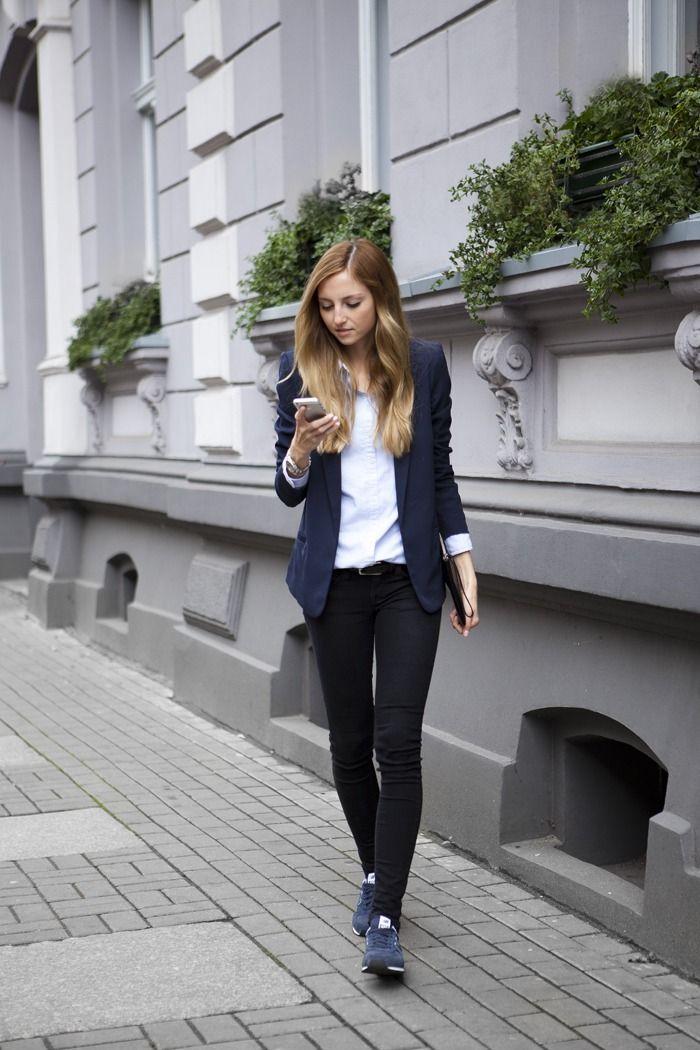 スーツスタイルにスニーカーいいですね。オニツカタイガーっぽい。