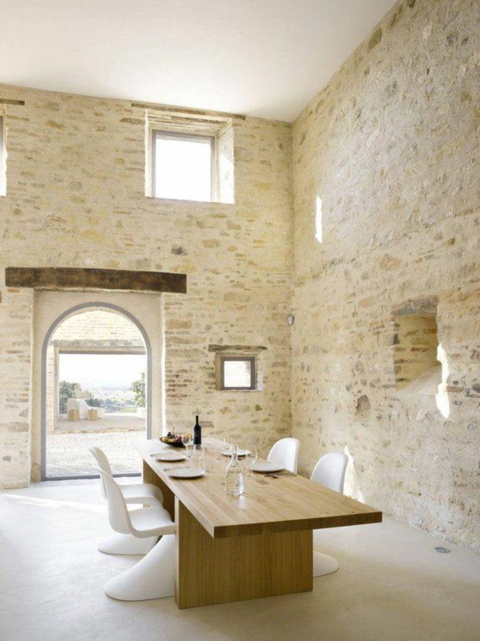 joli salon avec table en bois clair et mur imitation pierre