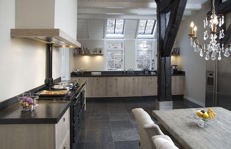 Keuken: Landelijke stijl met veel houten elementen. Deze is onze favoriet met kolom in het midden.