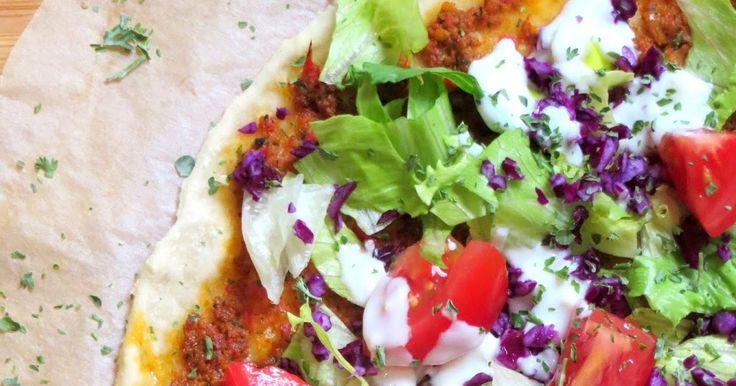 Lahmacun , auch türkische Pizza genannt, ist ein dünnes Fladenbrot aus Hefeteig, der vor dem Backen dünn mit einer würzigen Hackfleischpas...