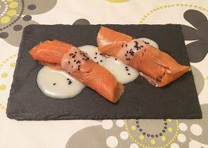 Estos rollitos de salmón son una tapa muy vistosa y fácil de hacer, además, como en otras ocasiones, puedes personalizar el relleno con lo que más te apetezca o lo que tengas por casa, ¡es una perfecta receta de aprovechamiento!Ingredientes para 4 rollitos:- 100 gr de salmón ahumado- 100 gr de champiñones- 1/2 cebolla- 4 palitos de cangrejo- 1/2 bote de crema de queso Record- Semillas de sésamo ne ...