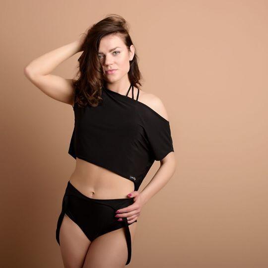 KOSZULKA BLACK to modny i kobiecy dodatek do każdej sportowej stylizacji. Zwiewna dzianina powoduje, że koszulka jest wygodna i nie krepuje ruchów. Krój podkreśla kobiece kształty i dopasowuje się do każdej figury.