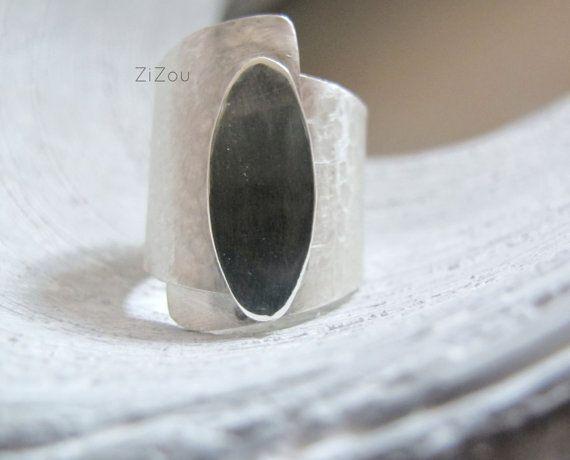 Brede band zilveren ring spiegel - eenvoudige en elegante brede band ring.  Magic spiegeltje aan de wand, wie de mooiste van alle is? ...    In mijn atelier met behulp van gerecycled zilver op maat.  Deze ring is op bestelling gemaakt. Laat maximaal 1 week voor de fabricage.  Houd in gedachten dat elk uniek, is dus u niet identiek aan de foto, maar zeer vergelijkbaar zult.  © ZiZou  Lees mijn beleid voordat aankoop