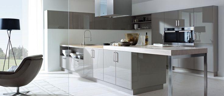 De truffelbruine keuken van Next125 met een wand en een eilandgedeelte heeft greeploze hoogglanslak kastjes.
