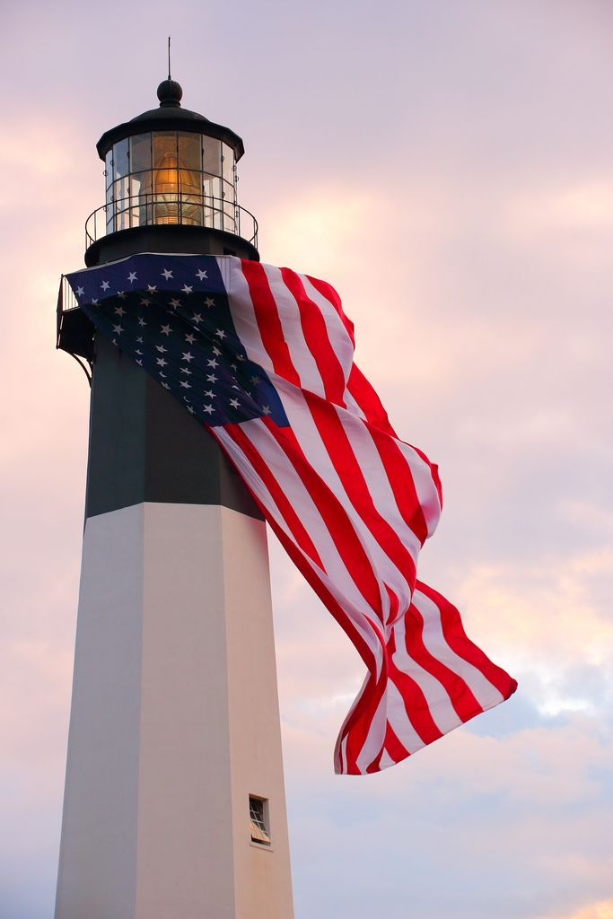 Faro de la isla de Tybee con la bandera americana