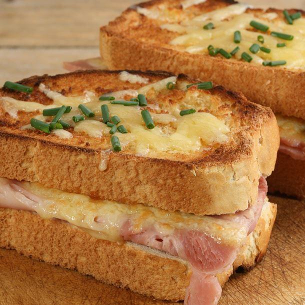 Croque monsieur au jambon, fromage et moutarde