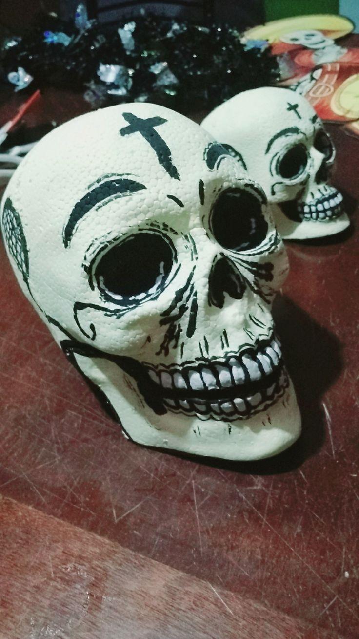 Cráneos de unicel pintados a mano